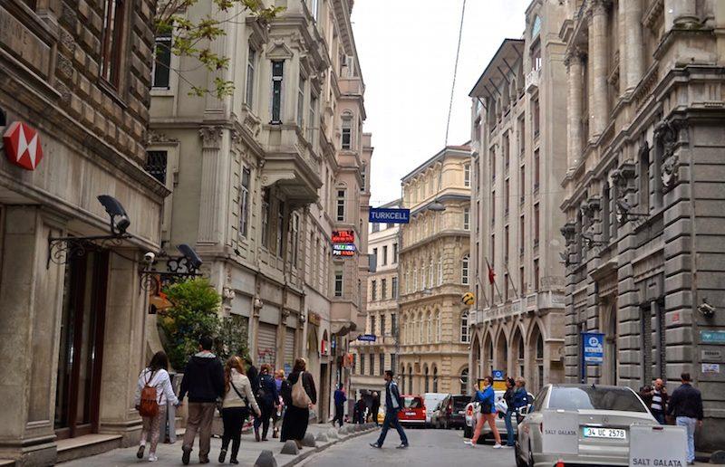 La rue des Banques à Karaköy.