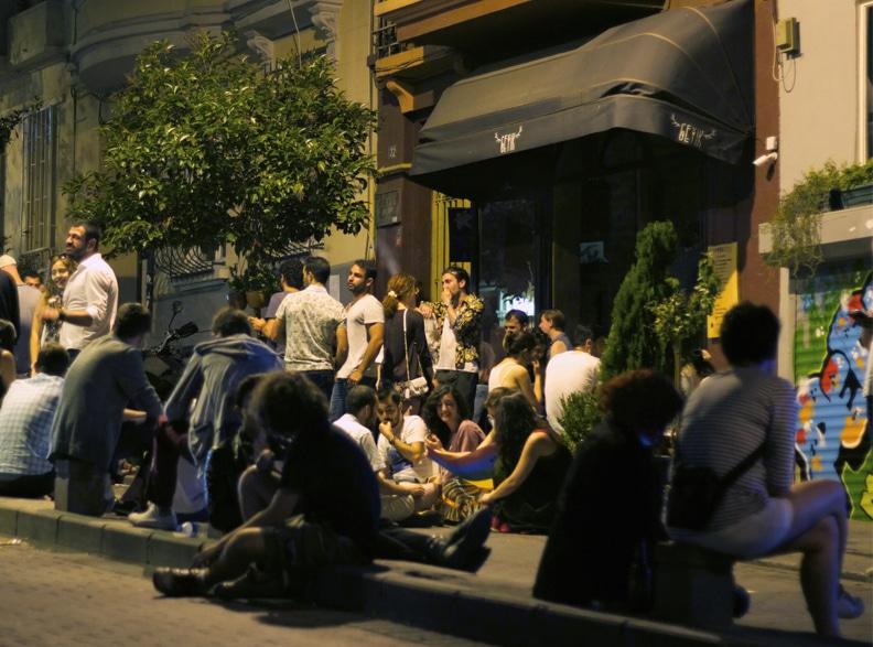 Un soir d'été devant le bar Geyik.