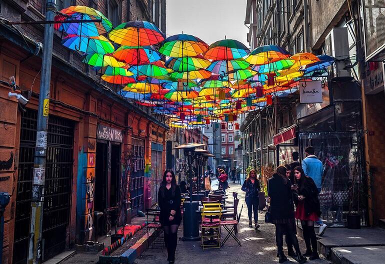 rue-karaköy-parapluies