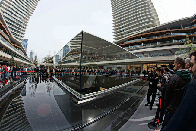 Line in front of the Zorlu Center's Apple Store.