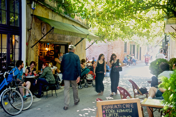 Une rue passante de Karaköy.