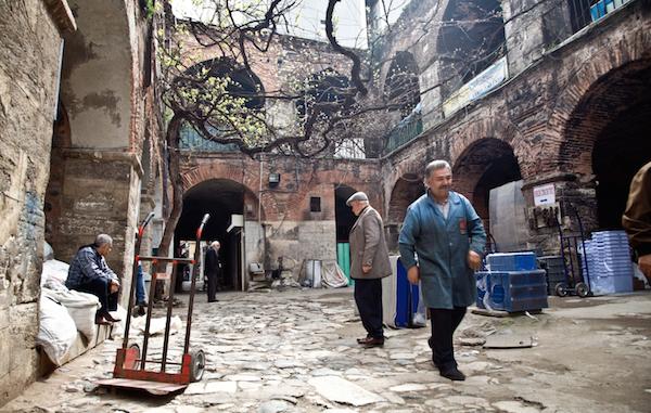 Des commerçants du quartier de Karaköy.