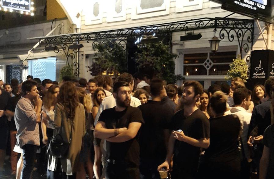 Devant un bar à Istanbul