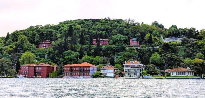 Visit the neighborhoods of the Bosphorus